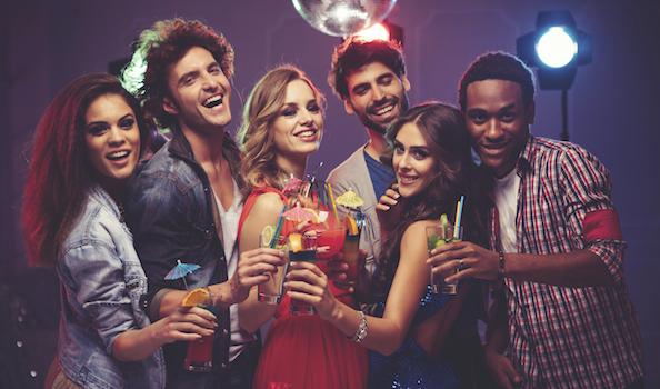 Jóvenes en una fiesta con bocinas.