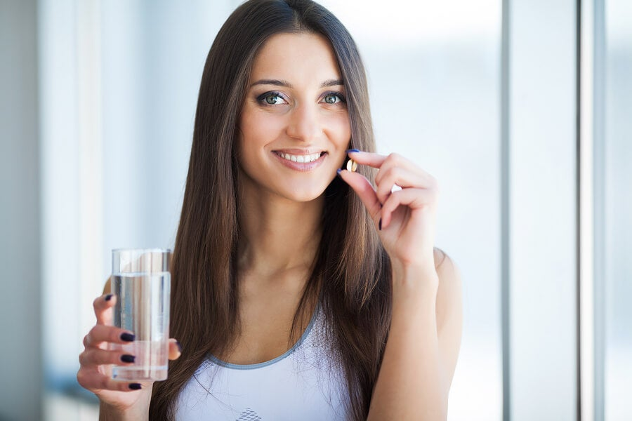 Mujer tomando biotina.