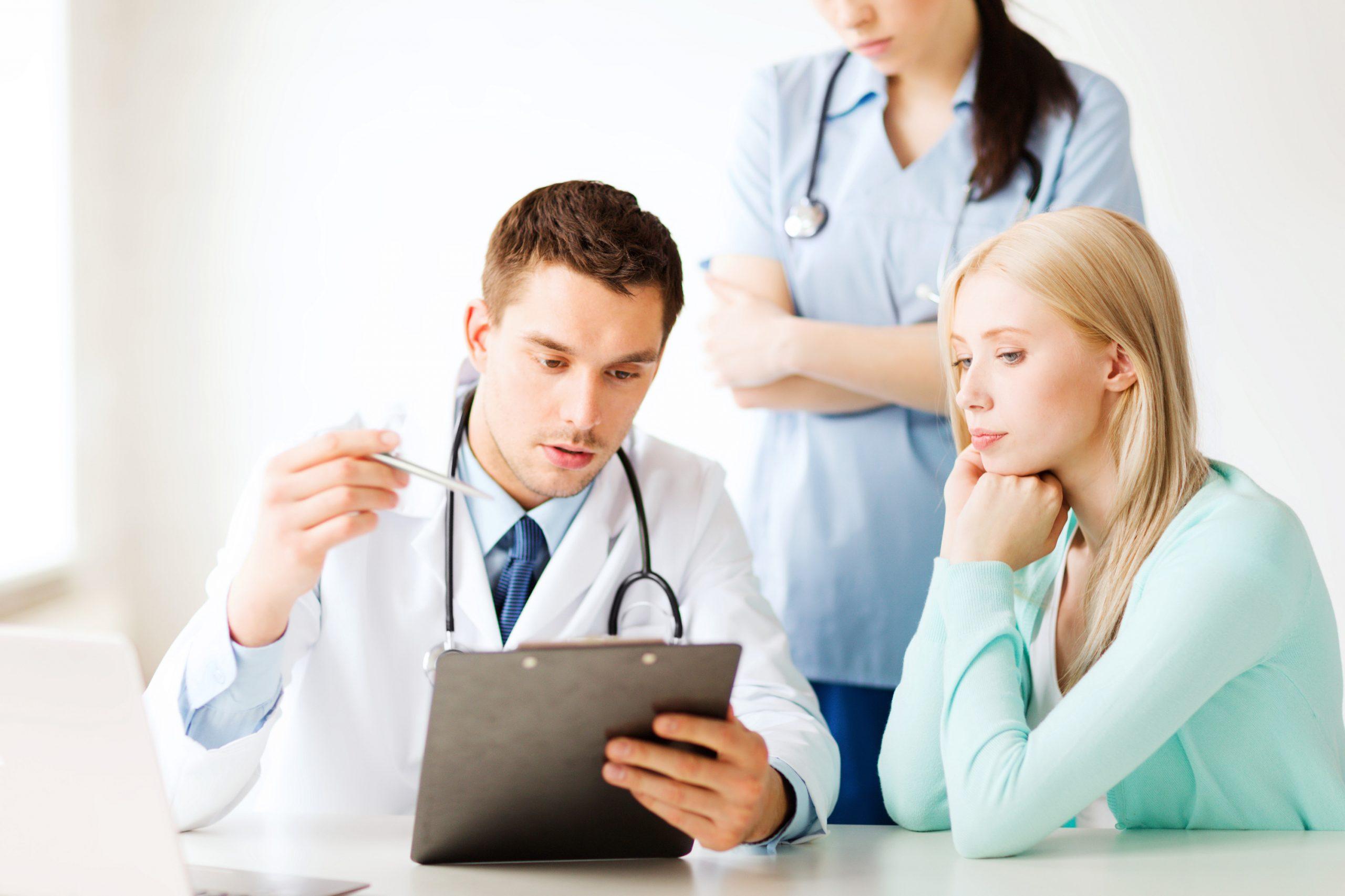 Doctor-recetando-medicamento