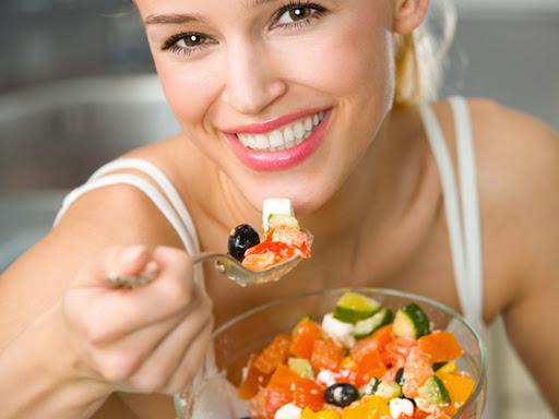 Mujer-comiendo-sano