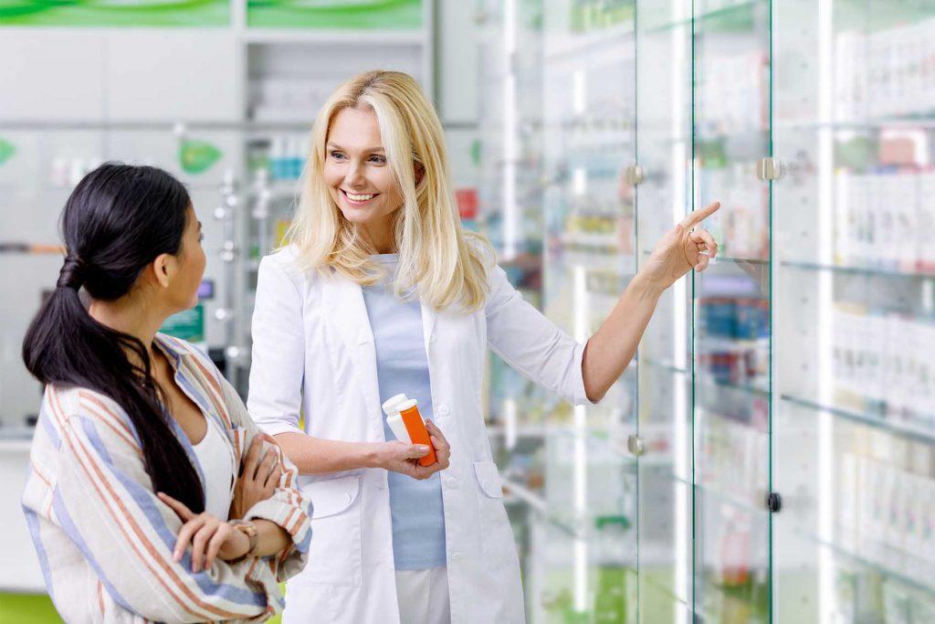 Mujer-mostrando-medicamento