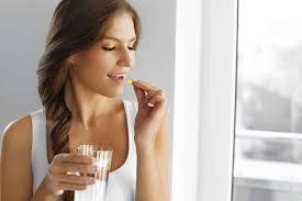 Mujer-tomando-vitaminas