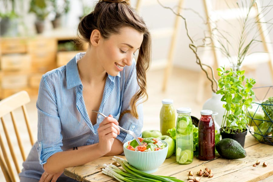 Persona comiendo alimentos con vitaminas