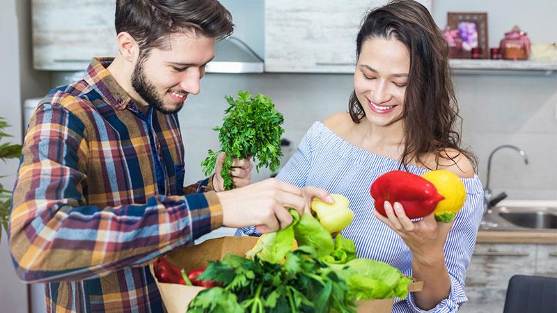 Personas revisan sus verduras