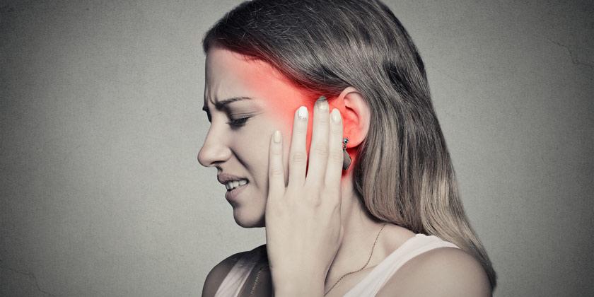 Mujer con dolor de oido