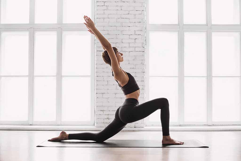 Mujer haciendo yoga para evitar insomnio