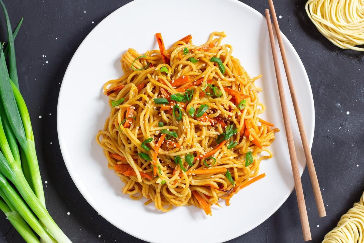 noodles en un plato con palillos